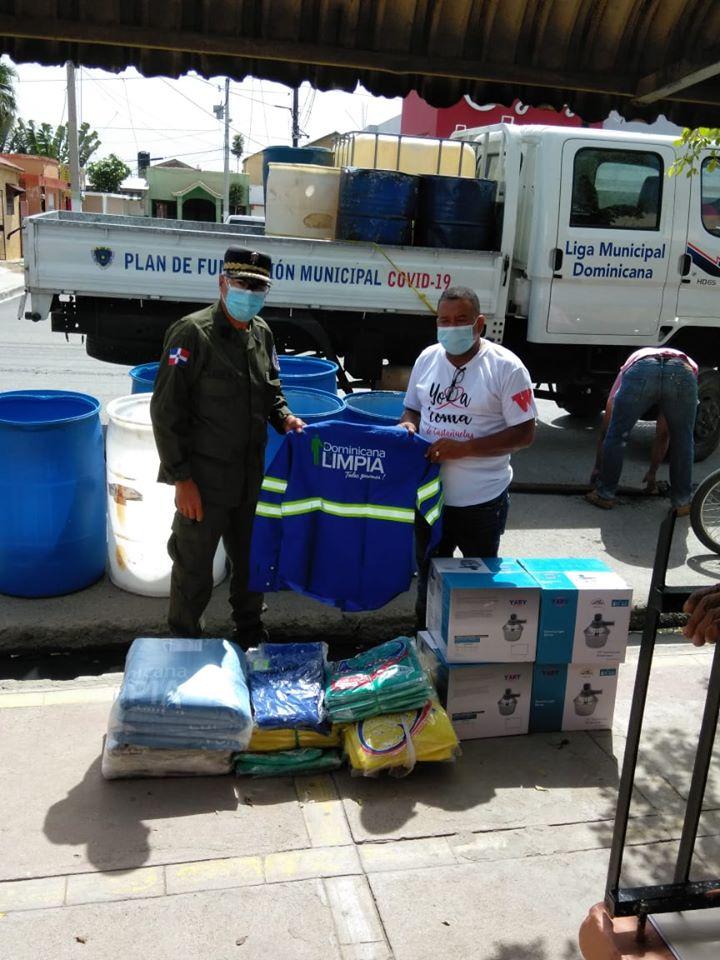 Winston Alvarez recibe donativo de la Liga Municipal Dominicana.