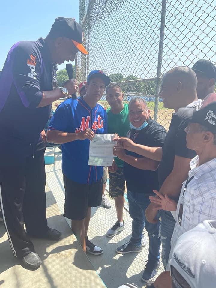Alcalde Winston Alvarez Hace Aporte al Equipo Amateur de Castañuelas.